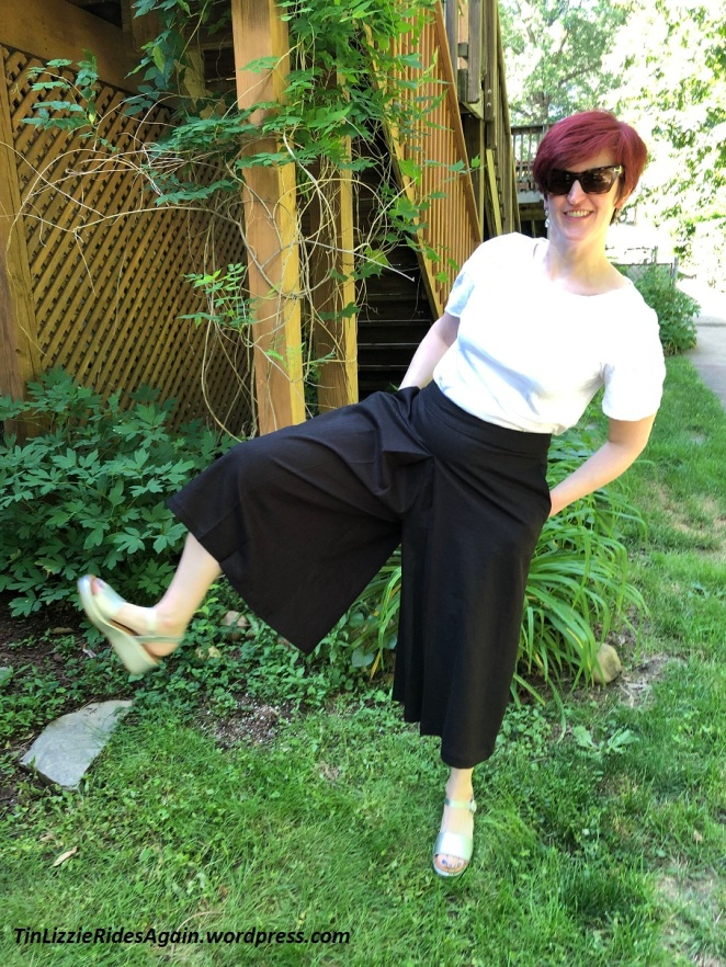 black linen Vogue 9091 culottes with whit Ready-to-Wear tee shirt, silver sandals